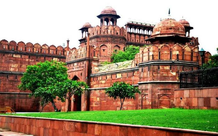 Red fort in delhi (लाल किला दिल्ली में स्थित भारत का खूबसुरत स्थल )